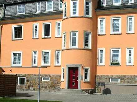 Dachgeschoss-Wohnung im Altbau - Arbeitszimmer - Wohnküche und Bad mit Fenster