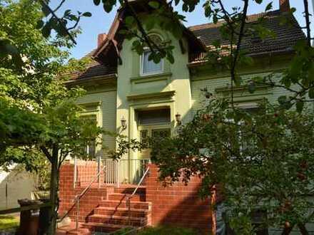 Drei große Wohnungen mit drei Garagen in schönem Altbau - alles frei !!