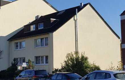Gepflegte 2-Zimmer-DG-Wohnung mit Balkon und EBK in Neuss