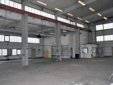 Moderne Produktionshalle mit Sozialtrakt