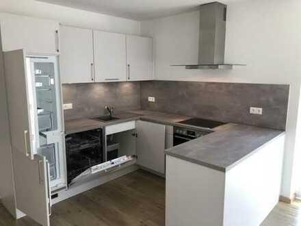 Neubau Erstbezug: 3 Zimmer Wohnung inklusive Einbauküche/Fußbodenheizung mit Balkon im 1. OG
