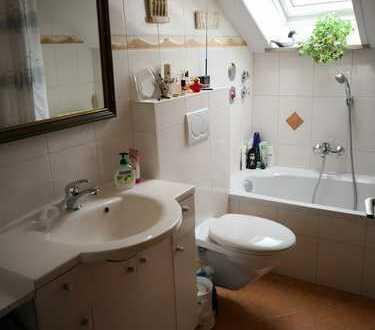 Tolle 2 Zimmer DG Wohnung mit EBK, saniertem Badezimmer + Außenstellplatz