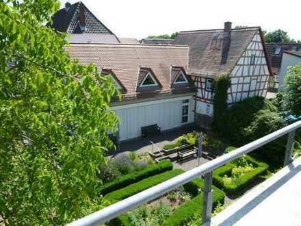 Modernes Wohnen trifft romantisches Altstadtflair! Helle 2,5 Zimmer-Galeriewohnung mit 2 Balkonen