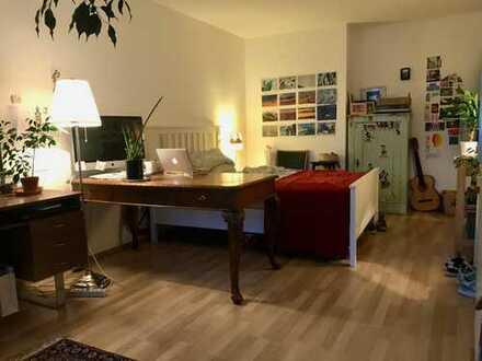 Geräumiges, helles Zimmer mit Balkon und Domblick im Görlinger-Zentrum Köln
