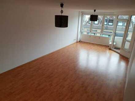 Stilvolle, geräumige und gepflegte 2-Zimmer-Wohnung mit Balkon und Einbauküche in Junkersdorf, Köln