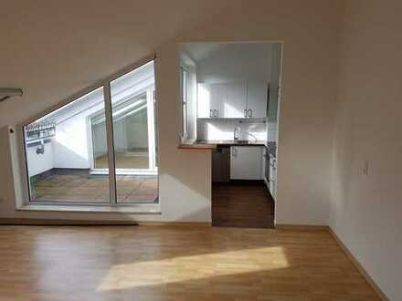 Modernisierte DG-Wohnung mit vier Zimmern sowie Balkon und EBK in Maintal