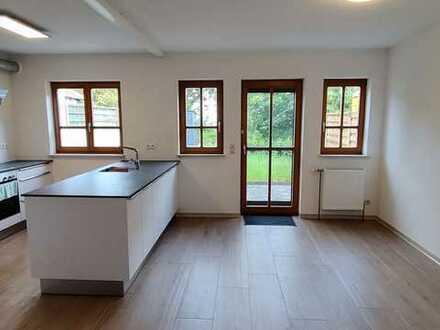 Lichtdurchflutetes, modern geschnittenes Haus mit Garten und großem Hobbykeller (English & German)