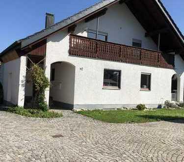 Helle, gepflegte Dachwohnung in einem Zweifamilienhaus mit großem Balkon nach Westen