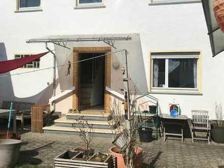 Einfamilienhaus mit kleinem Garten u. Nebengebäude