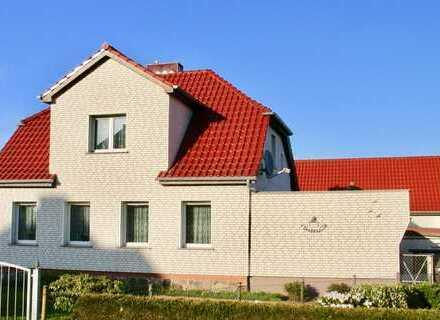 HORN IMMOBILIEN ++ Top Einfamilienhaus in Pasewalk mit großem Grundstück und top Garagen