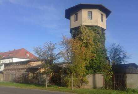 Wasserturm mit Nebengebäuden, Garagen und Innenhof