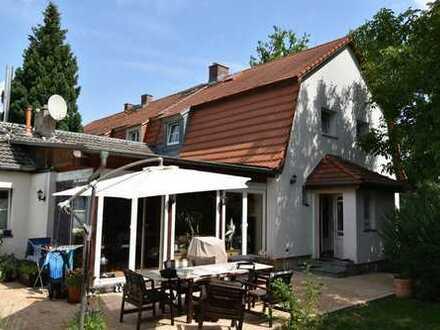 Top! Charmante Doppelhaushälfte mit großem Grundstück und Doppelcarport.