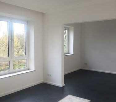 Schöne modernisierte und renovierte 2,5-Zimmer-Wohnung mit Balkon.