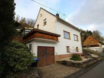 Freistehendes,gepflegtes Einfamilienhaus, 2 Bäder, Garage, Terrasse und Hanggrundstück m Fernblick