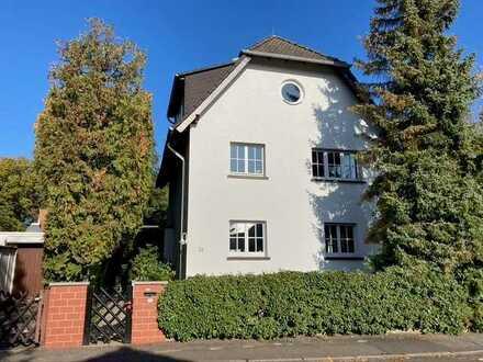 Großes Wohnhaus mit Skyline-Blick, Garten und Garagen am Rosenberg