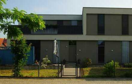 Bezug einer wunderschönen modernen hellen Wohnung mit Garten