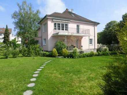 +++ freistehende moderne Villa mit ca. 264 qm Wfl. in zentrale Lage mit großem Garten +++