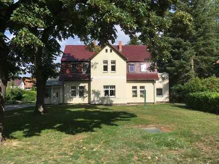 Helle und ruhige 2-Zimmer-Wohnung mit 2 Balkonen, 2 Dachgeschoßzimmern, Garten und Garage