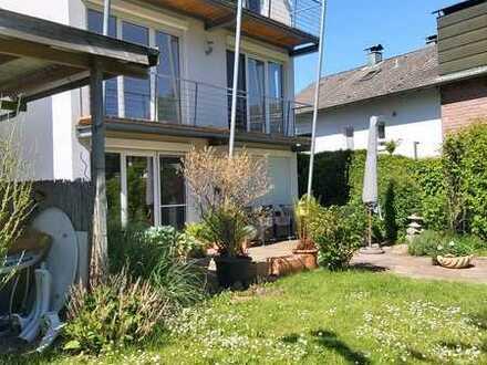 Attraktives 1-Familienhaus mit Einbauküche, großer Garage und Garten in Karlsruhe-Grünwettersbach!