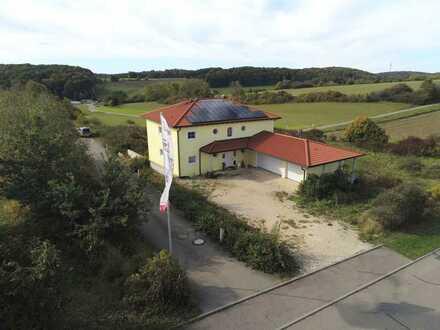 Wohnen und Arbeiten auf 3647 m² Gewerbegrundstück mit Platz für weiteres Gebäude.