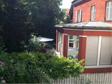 Exklusive, geräumige und neuwertige 1-Zimmer-Wohnung mit Sued-Balkon und Einbauküche in Muenchen