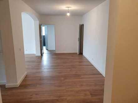 Erstbezug nach Sanierung mit EBK und Balkon: exklusive 3,5-Zimmer-Wohnung in Frankfurt am Main