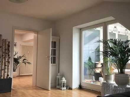 Lichtdurchflutete 3,5 Zimmer-Wohnung mit Dachterrasse + Wohnküche im Zentrum von Augsburg