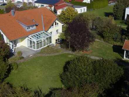 Außergewöhnliches Wohnhaus mit Büroeinheiten. Baugrundstück mit 700 m² kann dazu erworben werden