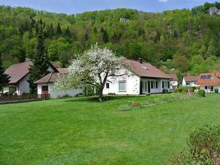 SCHÖNSTE SONNENLAGE – EFH, ca. 141 m² Whfl., ca. 1430 m² Grd., 6 Zi, Keller, Garage
