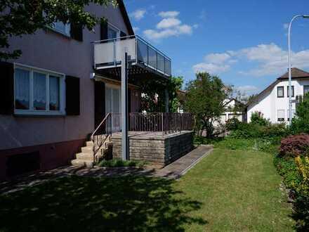 Gepflegtes 2- 3 Fam. Haus mit EBK´s, Terrasse und Balkon, Garten sowie 2 Garagen in 71131 Jettingen