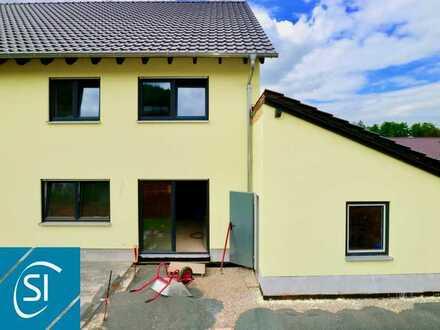 Neubau-Qualität die Überzeugt... komfortable und lichtdurchflutete Doppelhaushälfte in ruhiger Lage