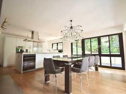Design trifft auf Behaglichkeit: Stilsichere Villa im Splitlevelstil mit traumhaftem Weitblick