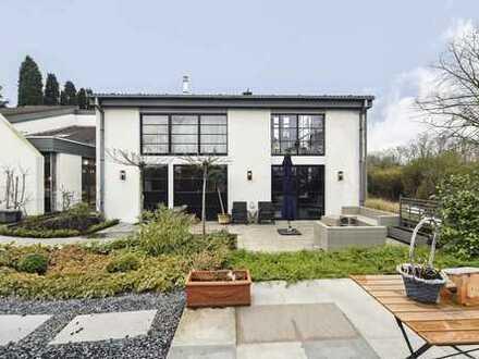 Luxuriöses Wohnen: Top-saniertes, stilvolles Loft mit Terrasse und schönem Garten in Neuss