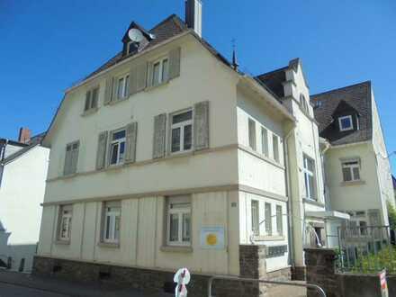 Bald frei !! Altbau-Wohnung mit Balkon in Seitenstraße in Bingerbrück über dem Kindergarten