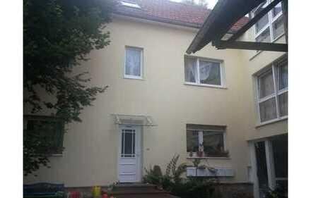 Schönes Haus mit fünf Zimmern, Balkon, Garage und Hof in Gründau