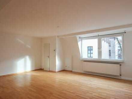 REUTER IMMOBILIEN Neu renovierte, großzügige Zweizimmer-Altbauwohnung mit Balkon im Agnesviertel