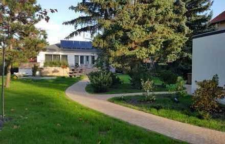 Einfamilienhaus mit großem Grundstück und Außenpool in Seenähe