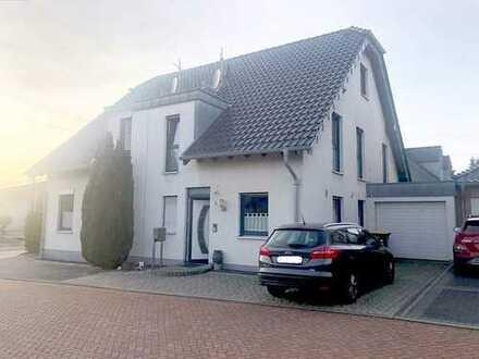 Moderne und gepflegte DHH in toller Lage mit großer Garage, Luxusbad, EBK und Kamin