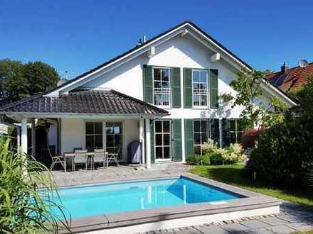 RARITÄT in Gröbenzell! Exklusive Doppelhaushälfte mit Außenpool in exzellenter Wohnanlage