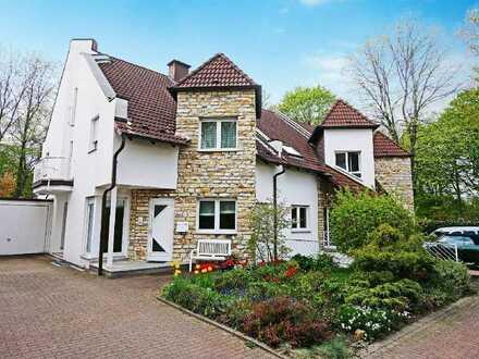 Viel Raum unter einem Dach: Wertiges Reihenendhaus mit Terrasse, Garten und Garage in Ückendorf