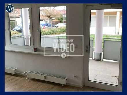 Mit Terrasse und Schlafnische: Renovierte 1 RW mit separiertem Kochbereich, neuem Laminat, Duschbad