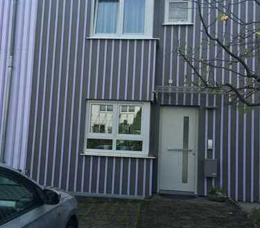 Gepfl. Reihenmittelhaus m. Aufzug, EBK, Wintergarten, Süd-Terr., Garten, Pkw-Platz in Darmstadt-Nord