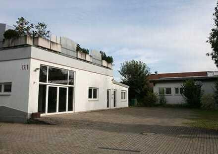Repräsentative Halle mit Büro u. Nebenräumen in ansprechendem Gewerbegebiet. Rolltor 3,5m Höhe!