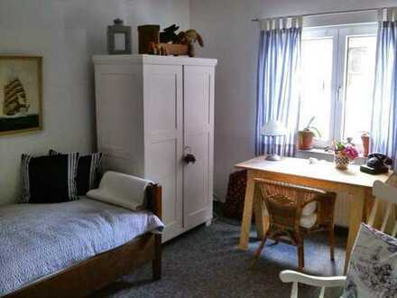 Möbliertes Zimmer in 2er WG   Furnished room in 2 person Apartment