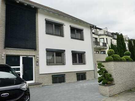 Erstbezug nach Sanierung mit Balkon: stilvolle, geräumige 2-Zimmer-DG-Wohnung in Lind, Köln