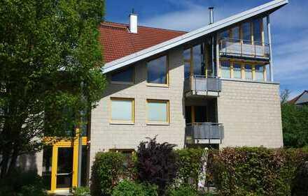 Freundliche 4-Zimmer-Galerie-Penthouse-Wohnung mit Balkon und Einbauküche in Gehrden