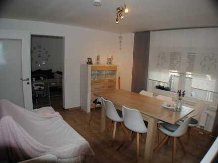 Vollständig renovierte Wohnung mit sechs Zimmern inkl. Balkon und EBK in Creußen