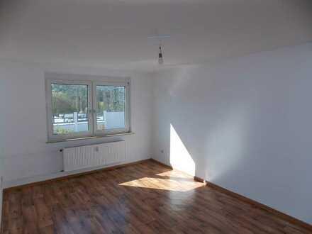 Helle bezugsfertige 2-Zimmer-Whg., ca. 44 m² Wohnfl., TGL-Bad, sep.Küche, 3.OG