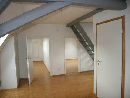 Vollständig renovierte Wohnung mit vier Zimmern sowie Balkon und EBK in Herxheim
