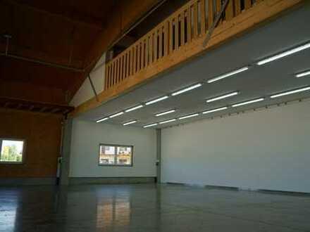 lichtdurchflutete Produktionsfläche mit Büros